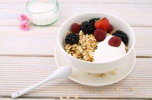 Tazon de avena desayuno con yogur y frutas rojas